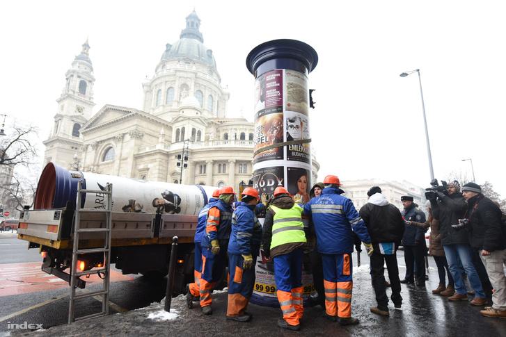 A Budapest Közút Zrt. emberei szemben egy örző-védő cég embereivel a Mahír egyik hirdetőoszlopa előtt a Szent István Bazilika mellett 2016. január 5-én.