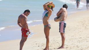 Alessandra Ambrosio körül akkor is legyeskednek a férfiak, ha a vőlegényével van