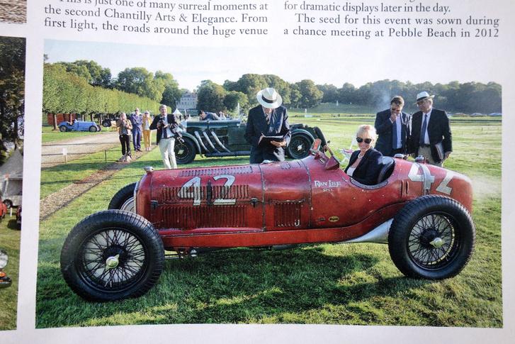 A szőke csaj épp a férje verdáját indítja. Az, hogy szóban forgó autó egy teljesen eredeti Alfa P3 GP-versenyautó, mellékes