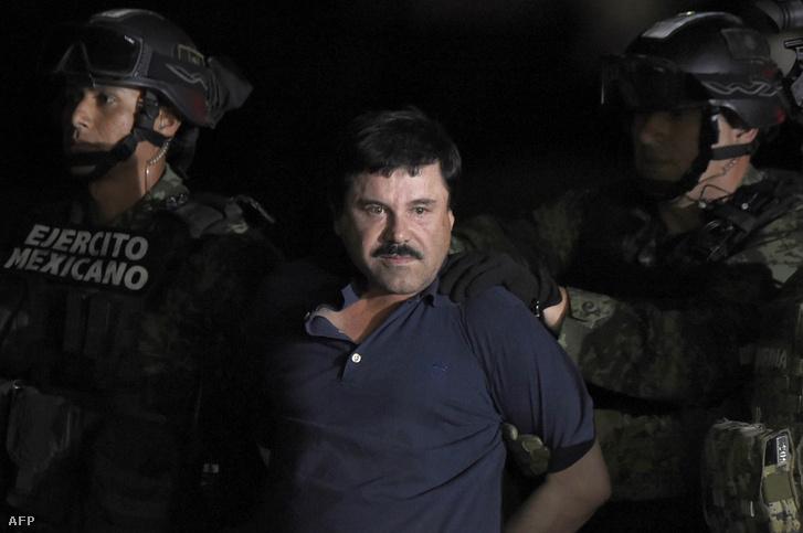 Guzmant rendőri kísérettel, helikopterrel szállították át Mexikóvárosba az elfogását követően