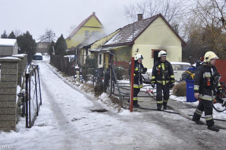 Tűzoltók dolgoznak 2016. január 9-én egy gyáli családi háznál melynek tetőszerkezete 50 százalékban leégett.