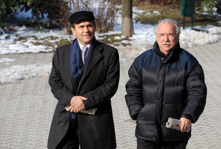 Gyárfás Tamás újságíró a MOB alelnöke a Magyar Úszó Szövetség elnöke és Farkasházy Tivadar érkezik a Budapest Kongresszusi Központhoz ahol Gyurcsány Ferenc miniszterelnök zárt ülésen értelmiségiekkel találkozott, 2009. február 22-én.