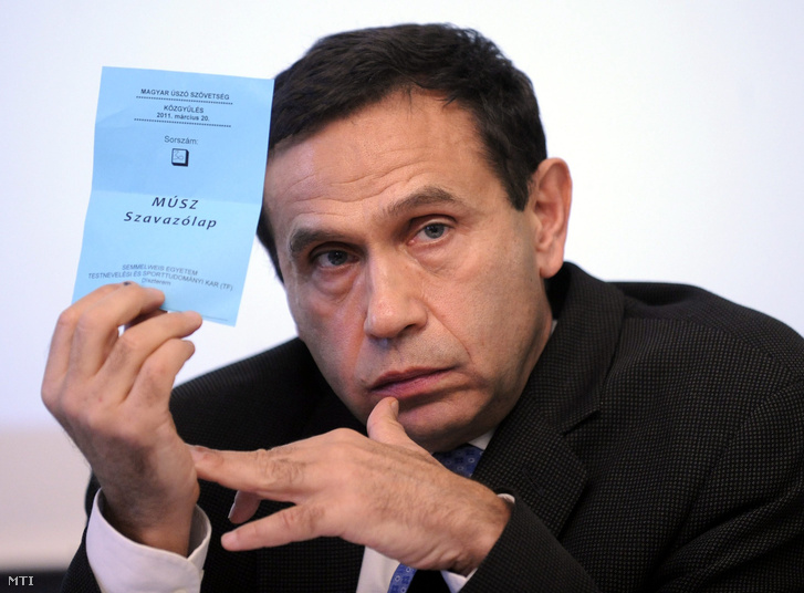 Gyárfás Tamás elnök szavaz a Magyar Úszószövetség közgyűlésén a Testnevelési Főiskola dísztermében,2011. március 20-án