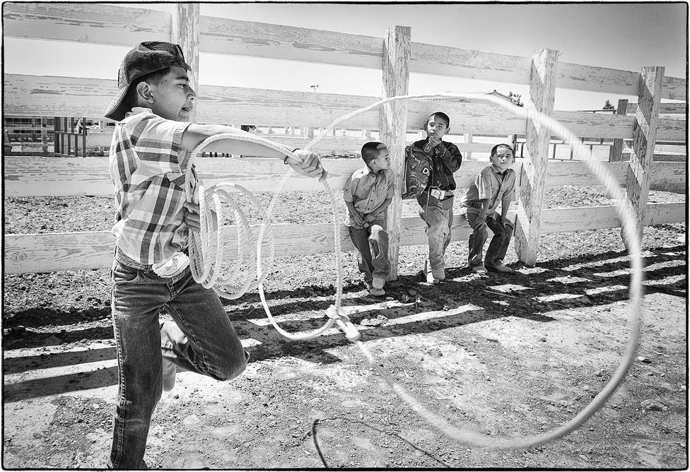 A charrók legfontosabb munkaeszköze a ló, több versenyszám is kapcsolódik hozzájuk. Van, afféle díjlovaglásuk, de abban is versenyeznek, ki tudja, rövidebb távon megállítani a hátsó lábára ereszkedett lovat. Az El Passo de la Muerta nevű számban a charro saját, nyergelt lováról átugrik egy nyereg nélküli, betöretlen lóra. A charrók lasszóznak is, a bikát a nyakánál fogva, a lovakat a hátsó lábaknál kapják el a kötelekkel, a földön állva és lóról is dobnak. A mexikóiak is bikarodeóznak, míg a nőknek a fodros Adelita-ruhában bemutatott marad. A nők mindkét lába szigorúan csak a ló egyik oldalán lehetnek.