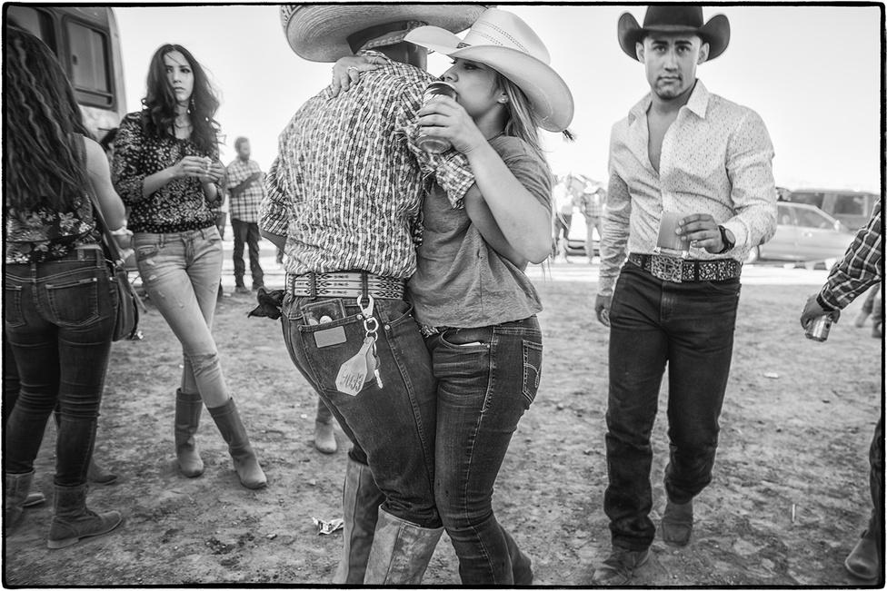 A lovaglás mellett a charrokultúra elengedhetetlen részei a zene és a tánc. A lovasélet és a mariachi kultúra már összeért, nem véletlenül viselnek a zenészek sem túlcicomázott lovasruhákat és kalapokat.
