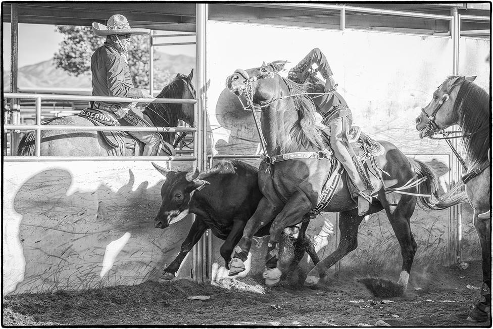 A mexikói lovaglási stílus kialakításában a meghódított őslakosok voltak a meghatározóak. A spanyolok először megtiltották nekik, hogy a földjeiken lovagoljanak. A marhaterelésben viszont elengedethetelten volt a lóhasználat. Ekkor találták ki, hogy lovagolni lovagolhatnak az őslakosok, de spanyoloktól származó nyerget vagy más lószerszámot nem használhatnak. Ekkor kezdték el szép lassan kifejleszteni saját lószerszámaikat.