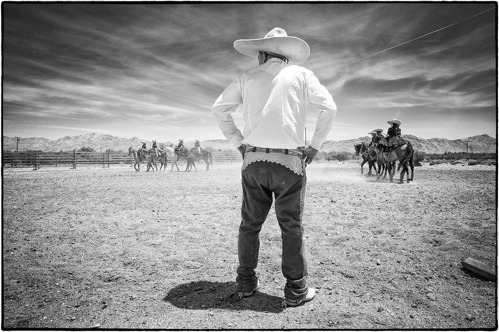 A képsorozatot készítő Gomez gyerekkorában maga is kötéltrükköket gyakorolt, voltak olyan rokonai, akik versenyeztek, de mivel az Egyesült Államokba költözött, elszakadt a mexikói kultúrától. Egyik ismerőse aranylakodalmán kerültek elő régi fotók, és azok alapján döntött úgy, újrafelfedezi a charreírát.