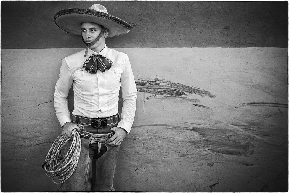 A charreíra egyszerre sport és fesztivál, amely a hétköznapi állattartói munkákból nőtte ki magát. Az amerikai kontinensre a spanyol hódítók a 16. százaban vitték be a lovakat, és ezzel együtt az azokhoz kapcsolódó kultúrát. Ahogy az észak-amerikai rodeó, a charreíra is a marhapásztorkodás elemeiből áll: kötélhasználatból, terelésből és lovaglásból, ami később a népi művészet és kultúra elemeivel gazdagodott.