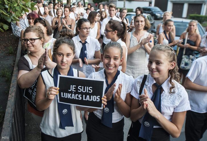 Az igazgató leváltása ellen tiltakozó diákok 2015. augusztus 31-én