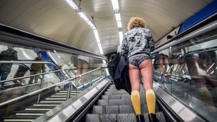 Emberek, akik nadrág nélkül metrózgatnak