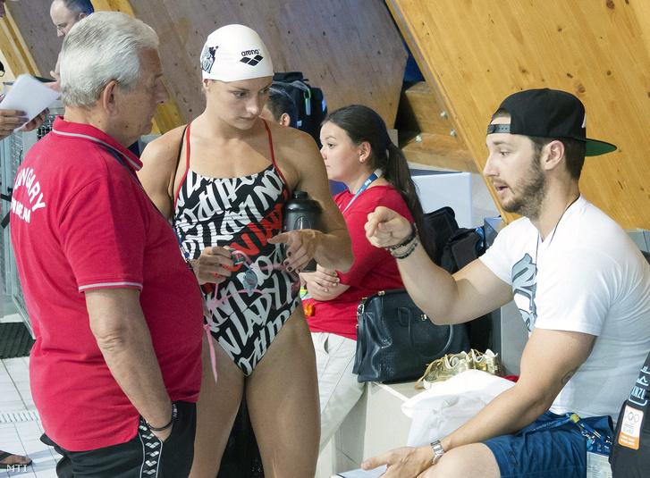 Kiss László szövetségi kapitány (b), Hosszú Katinka (j) és edzője, Shane Tusup a magyar úszóválogatott edzésén a kazanyi vizes világbajnokságon, 2015. július 30-án