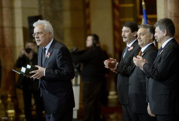 Paczolay Péter, az Alkotmánybíróság volt elnöke miután átvette a Magyar Érdemrend középkeresztje a csillaggal polgári tagozata kitüntetést március 15-én