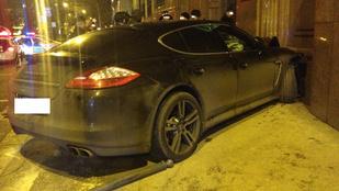 A Belügyminisztériumba csapódott egy Porsche
