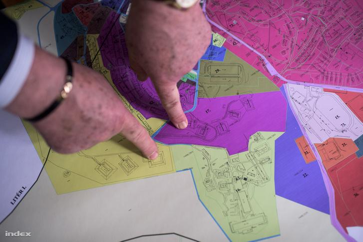 Csala József mutatja, melyik területen működik majd az üzem (lila), illetve hol történt a emlékezetes '77-es robbanás.