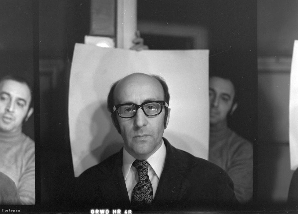 """Egy portré készítése: Pataki Ferenc fejszámoló művészről készül a fotó, de a teljes kivágáson látszik a hátteret tartó asszisztens, a két oldalon pedig további két próbálkozás is. A fejszámoló művésznek volt artistavizsgája is, az volt a mutatványa, hogy többszámjegyű számokat összeszorzott, sőt köbgyököt is vont fejben """"viszonylag rövid idő alatt""""."""