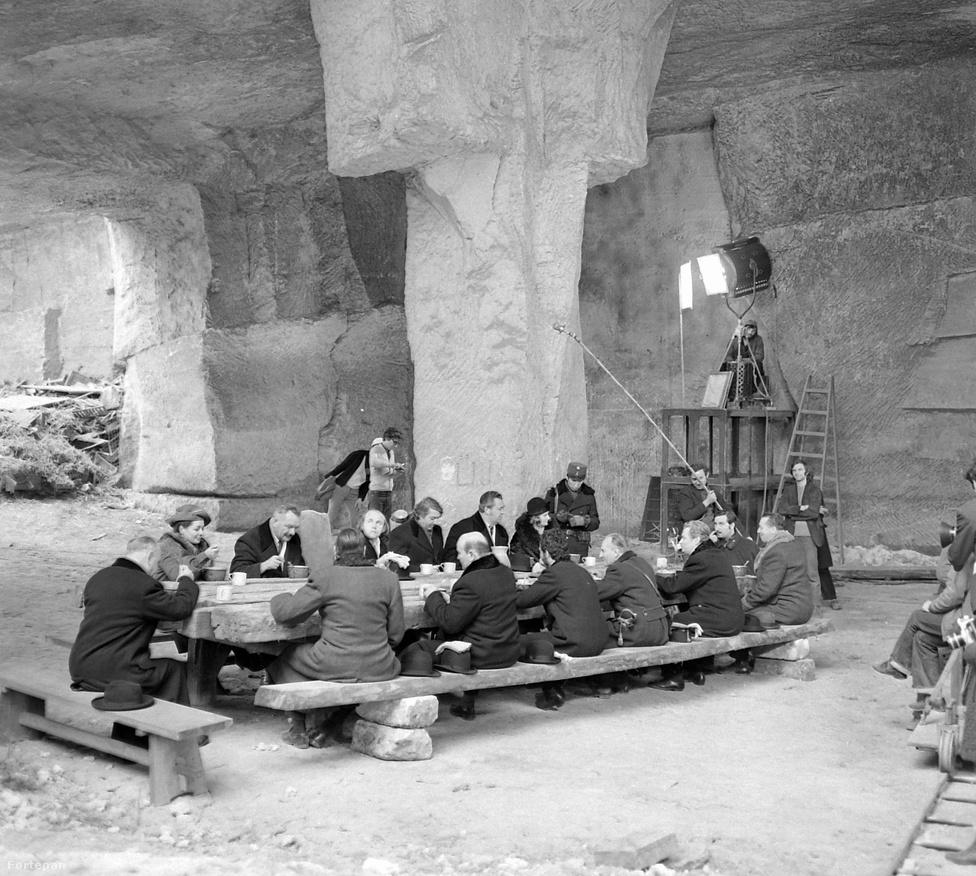 1972, Sóskút, kőbánya. A Nincs idő című Kósa Ferenc című film forgatása. A filmet Csoóri Sándor írta, és egy börtönben játszódik, középen Haumann Péter, mellette Lohinszky Lóránd, szemben Szilágyi István áll, az asztal végén Szilágyi Tibor.