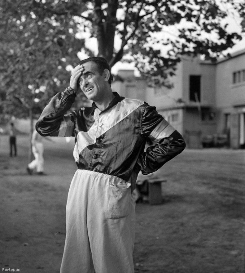 1973, Kerepesi út, Ügetőpálya. Sipos Tamás rádiós újságíró mint amatőrhajtó az istállók előtt fogja a fejét.