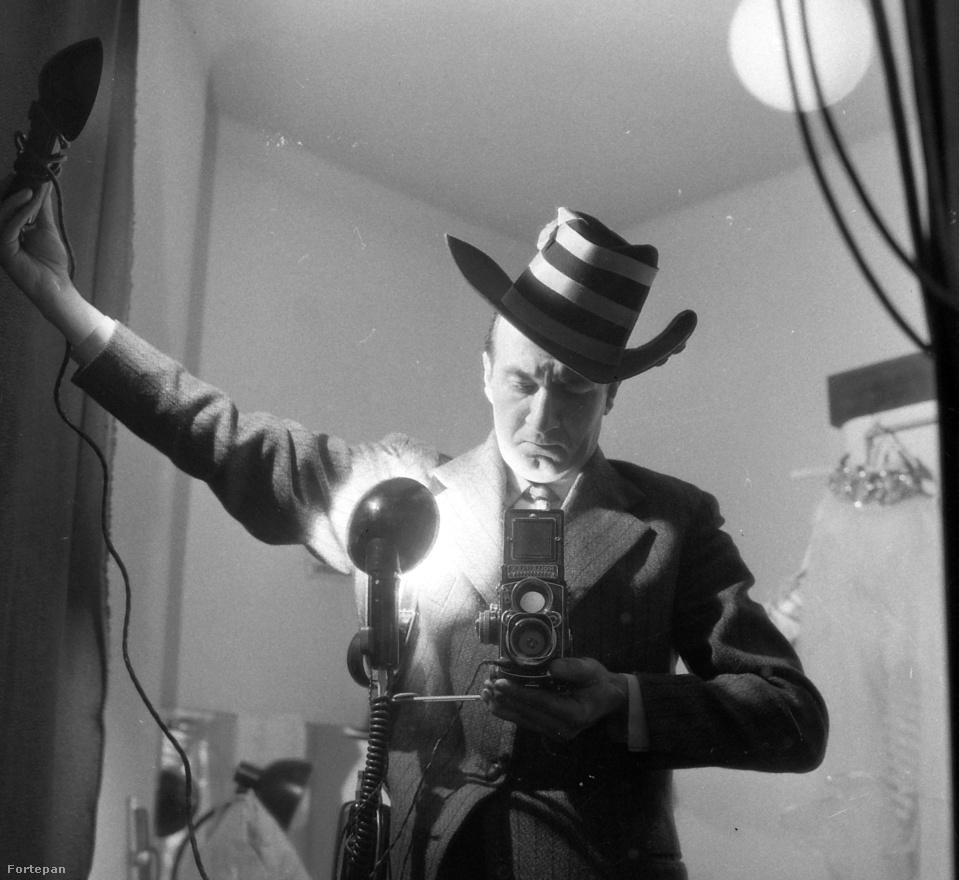 És a végére egy önarckép, ami ezúttal nem egy véletlen szelfi: így nézett ki Kotnyek Antal a Film, Színház, Muzsika című hetilap fotóriportereként munka közben.