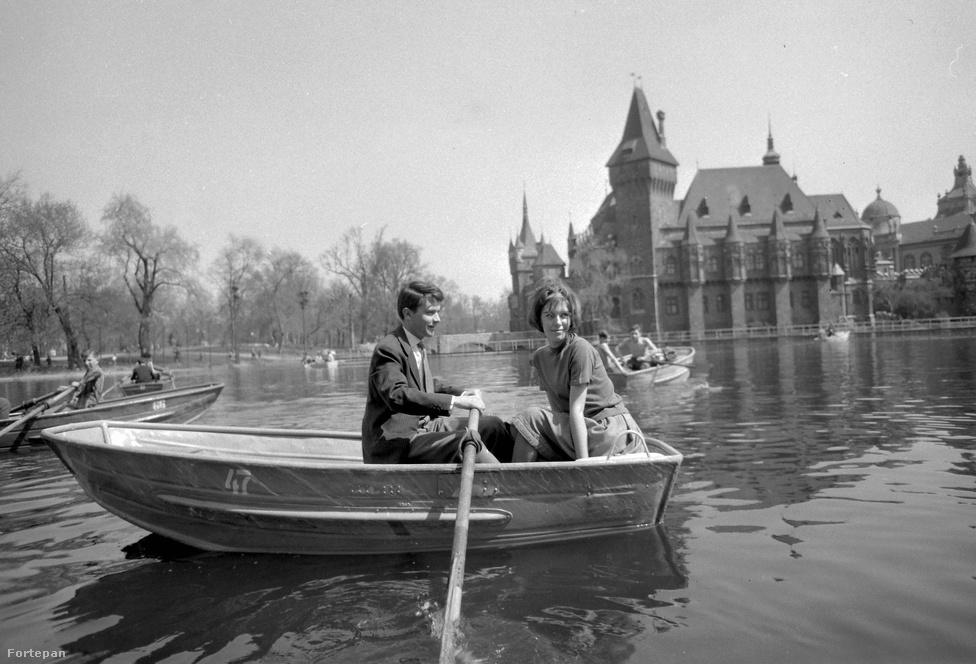 Városligeti-tó 1962-ben, az egyik leghíresebb szinkronszínészünk, Cs. Németh Lajos csónakázik feleségével, Tóth Judittal.