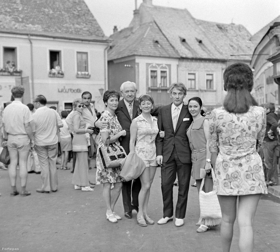 Szentendre 1972-ben a Békés testvérekkel: Rita, Itala és András. A Békés-testvérek családtörténetét érdekesen foglalja össze a Wikipédia: a szülők az olasz Rita Furlani és Békés István, a Star Filmgyár dramaturgja voltak. Első gyermekük Putyika volt, majd ikreik születtek: Rita és Öcsi. Putyi kétéves korában meghalt, mert megitta a lúgkövet, amelyet a mosónő a konyhában felejtett. Öcsit nyolc hónaposan tüdőgyulladás vitte el, majd 1927-ben ismét ikrek születtek a családban: Itala és András.