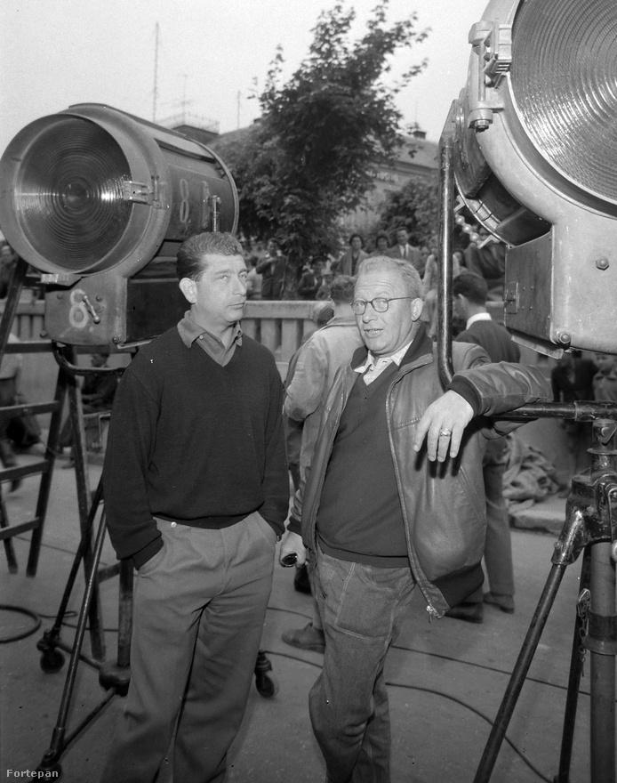 Még egy forgatási kép: a Fűre lépni szabad című Páger Antal-film egyik szünetében Makk Károly rendező és Illés György operatőr a lámpák között. Makk Károly ezen a képen  35 éves, tavaly decemberben töltött be a 90. születésnapját.