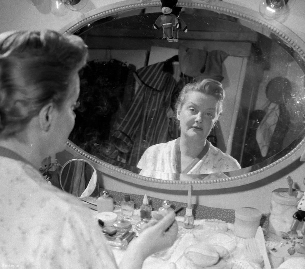 Egy újabb kép az öltözők világából: Tolnay Klári színművésznő 1969-ben.