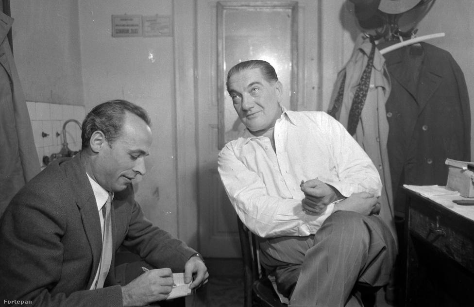 Hogy készült egy interjú 1960-ban? A színészöltözőben diktált az alany az újságírónak. A kép az akkori Madách Kamara Színházban, (ma Örkény színház) az öltözőben készült, Greguss Zoltán színész beszél Dalos László szerkesztőnek.