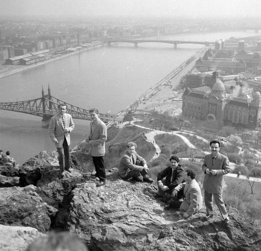 Budapest 1962-ben a Gellért-hegyről a Petőfi híd felé nézve. A képen egyébként a Mojszejev együttes tagjai vannak.
