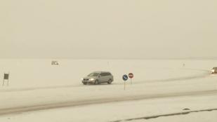 Nálunk összeomlik a közlekedés 2 cm hótól, ezek meg a jégen autókáznak
