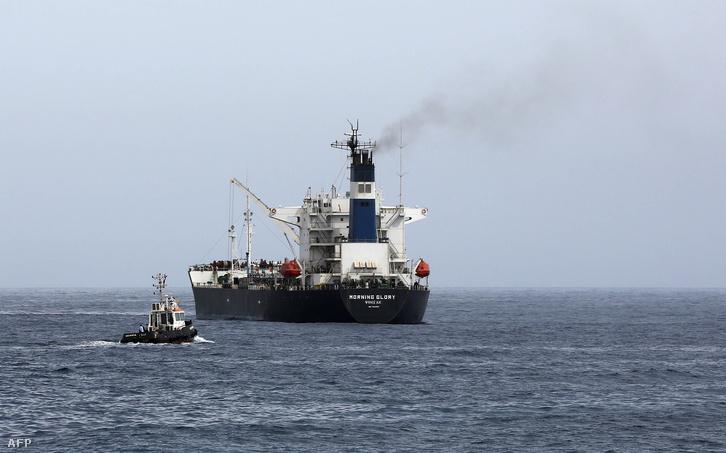 Visszafordított tankhajó a líbiai partoknál, amit felkelők töltöttek fel illegális olajjal (2014)