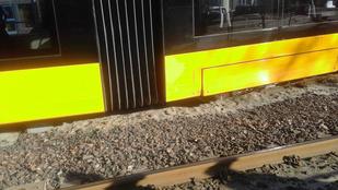 Fenyőfacsonk miatt siklott ki egy új villamos a Szugló utcánál