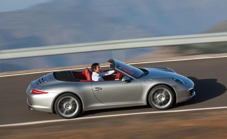 A Porsche lenyitott tetővel hangosabban hallatja a motort az utastér felé, hogy a szélzaj ne nyomja el