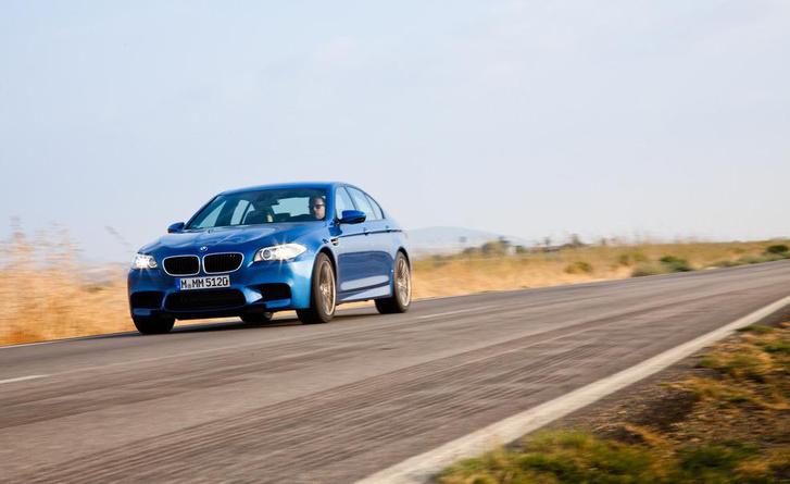 A BMW M5-ös a saját motorhangját játssza be a hangszórókon, ha kérjük