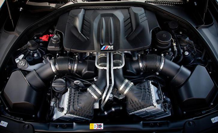 A turbó csillapítja a hangját a V8-asnak, de a hangszórók segítenek az utastérbe juttatni
