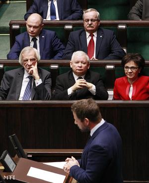Jaroslaw Kaczynski a kormányzó Jog és Igazságosság Pártjának (PiS) elnöke (k) és Elzbieta Witek a PIS képviselője (j) a parlament ülésén Varsóban 2016. január 13-án.