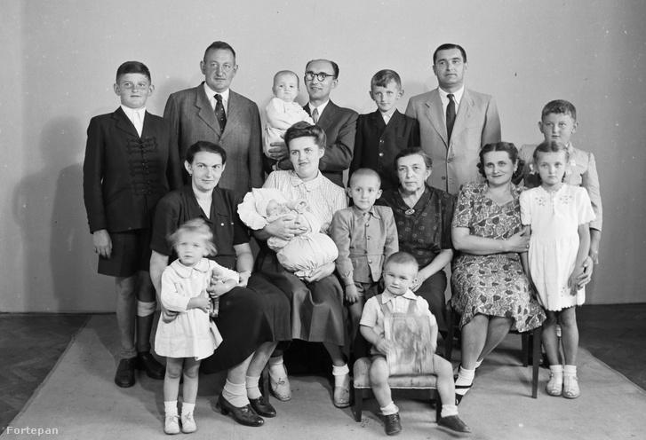 Családi fotó Konok Tamás műterméből (1950.)