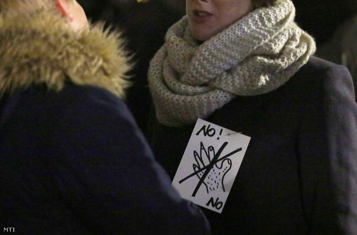 A nők elleni erőszak megfékezéséért szervezett tüntetés résztvevői Kölnben.