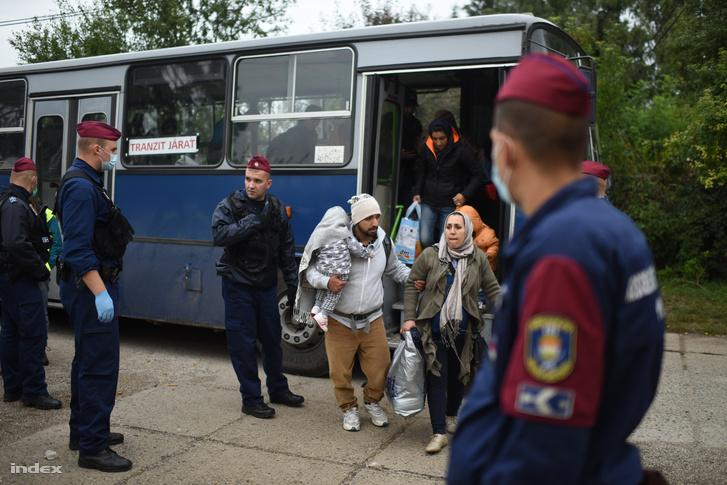 Menekültek Magyarbóly közelében,2015. szeptember 28-án.