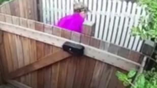Videóra vette, ahogy a kapuja elé kakál egy nő