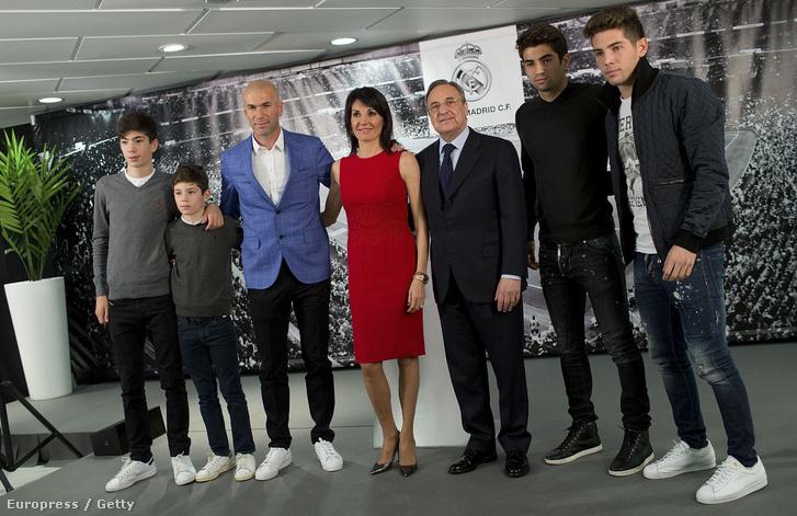 Zidane a négy futballista fiával, feleségével és Florentino Perez Real-elnökkel