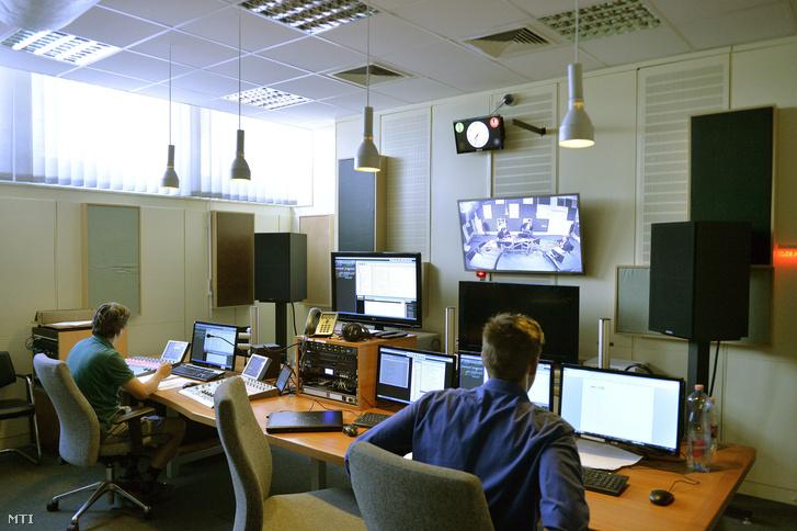 Technikusok a Magyar Rádió stúdiójában