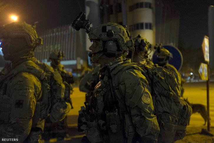 Francia és amerikai katonák gyülekeznek a Splendid Hotel közelében.