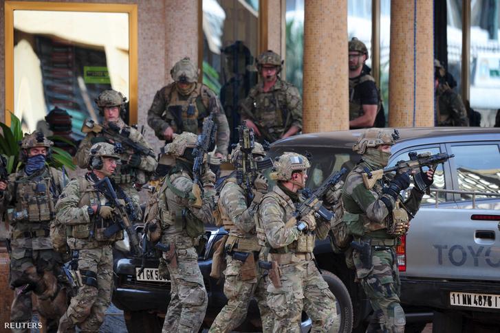 Francia katonák érkeznek a szállodához.