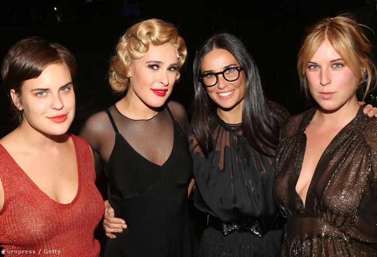 Demi Moore szemüvegben, lányai között