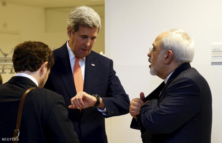 John Kerry beszélget az iráni külügyminiszterrel a tárgyalás után.