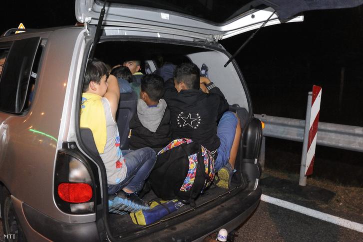 Egy embercsempész határsértőkkel teli kocsija az M5-ös autópálya szatymazi pihenőjében 2015. szeptember 3-án.
