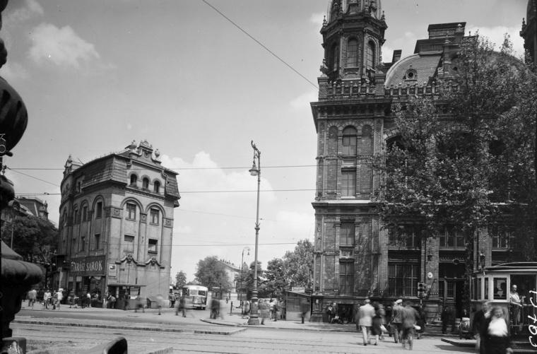 Jobbra a Nyugati pályaudvar, balra a Westend-ház - utóbbi helyén ma buszpályaudvar van.