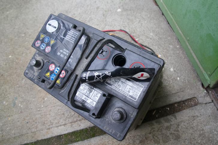 Sok akkumulátornál csak egy matrica takarja a kupakokat