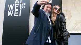 Hajóvonták találkozása: Ai Weiwei szétszelfizte magát Paris Hiltonnal