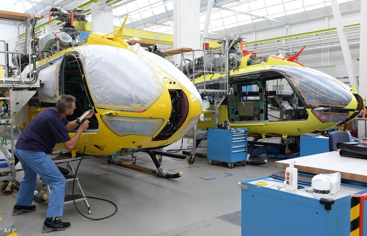 Airbus helikoptert szerelnek össze egy donauwörth-i üzemben, Németországban, 2014. október 9-én.